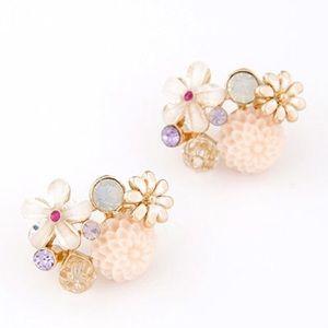 Beige beautiful flower earring